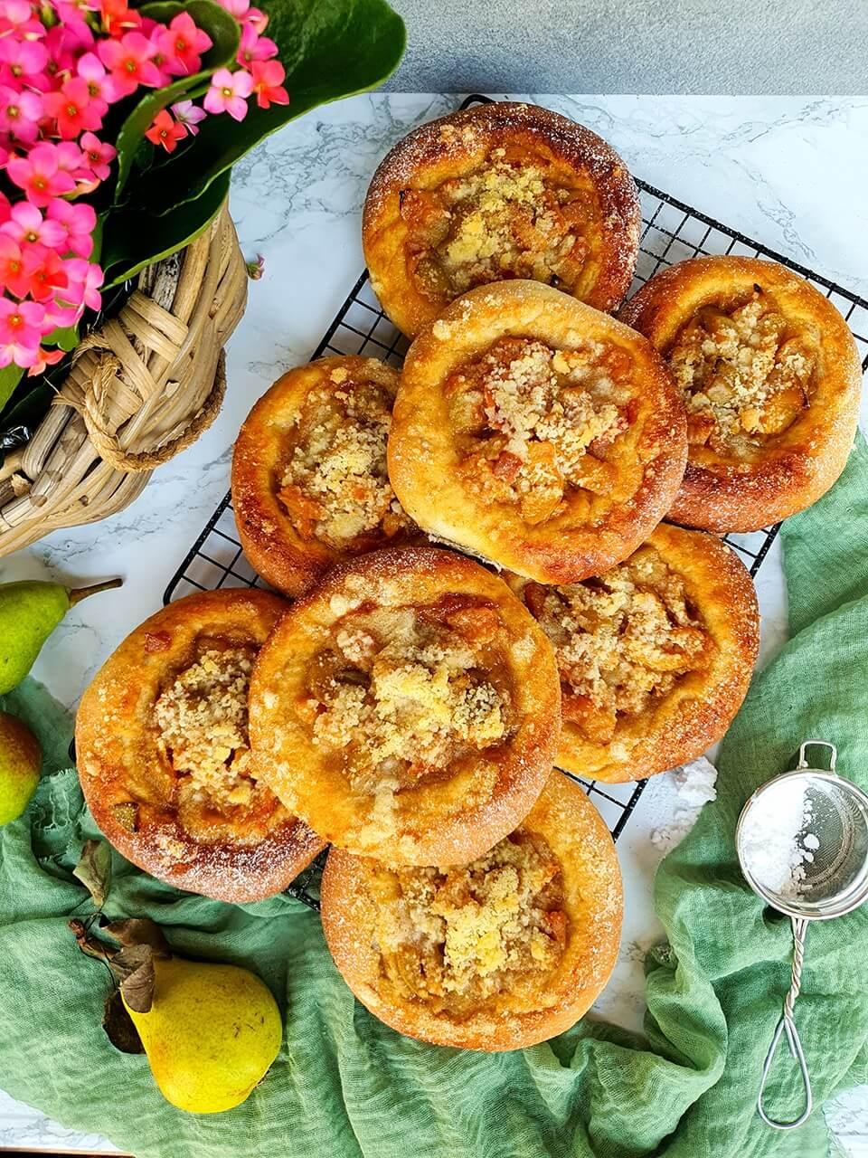 Lekvárové koláče s karamelizovanými hruškami